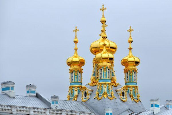 Tour a San Pietroburgo, cupole del Gran Palazzo nella reggia di Peterhof