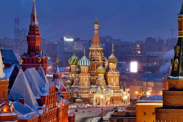 Cremlino di Mosca, San Basilio e Piazza Rossa la sera d'inverno