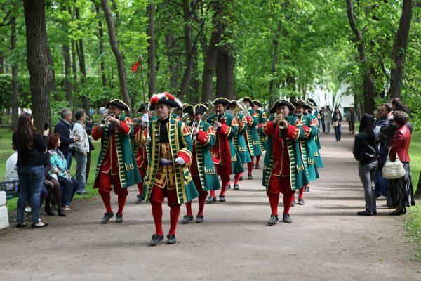 Tour San Pietroburgo, reggia di Peterhof, parata in costume