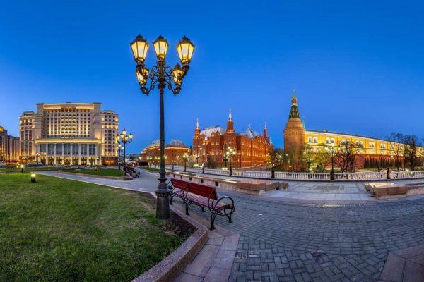 Viaggio in Russia, vie della capitale russa la sera, vista sul Cremlino di Mosca