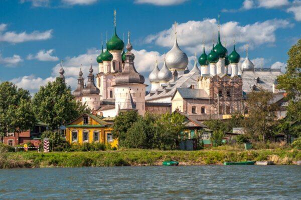 fiume e la città russa