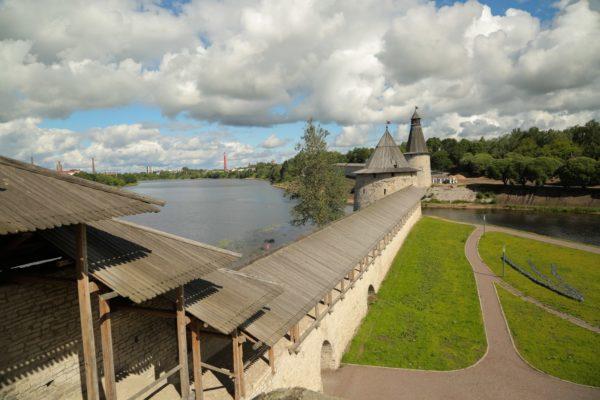 La fiume e muro della città di Pskov
