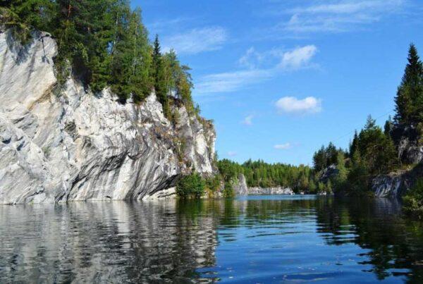 Scoglie e fiume in Carelia russa