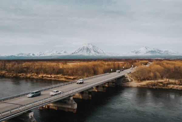 Ponte sul fioume in Kamchatka, Russia